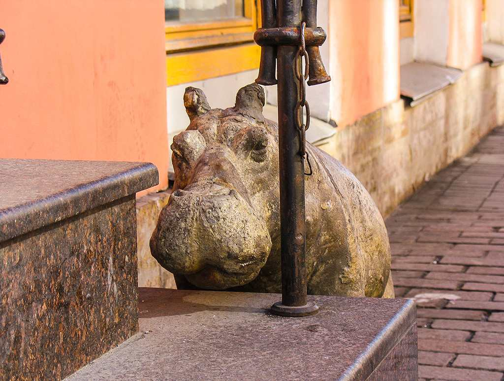 Скульптура бегемотихи Тони